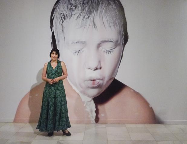 Ana Casas Broda vor ihrem Bild Leche II (3).