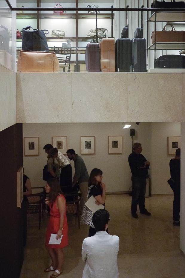 Oben feinste Lederwaren, unten feine Platinprints: Tina Modotti-Ausstellung bei Loewe.