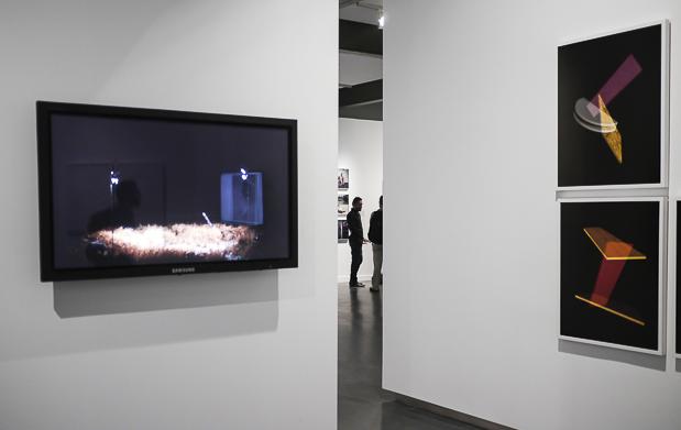 Blick in die Ausstellung mit Bewegtbild links und dem Fotografen in der Mitte im Hintergrund.