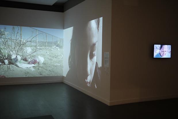 Videoinstalation von Maya Goded in der Ausstellung über mexikanische Fotografie der Gegenwart.