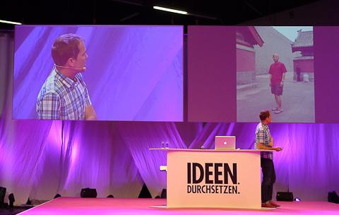 Daniel Stier präsentierte seine Fotos mit dem Rücken zum Publikum.