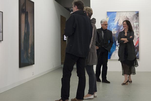 Blick in die Ausstellung Viviane Sassen. In and Out of Fashion. Rechts Celina Lunsford, Künstlerische Leiterin des FFF.