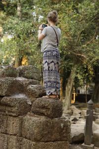 Fotografierende Frau in Elefantenhose.