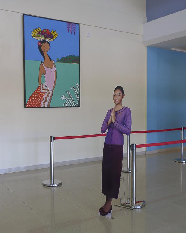 Sehr modern: Am Flughafen Sihanoukville wird das Personal auch schon durch Pappaufsteller ersetzt.
